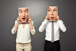 Mann und Frau halten staunende Gesichter foto