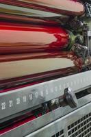 rote und magentafarbene Tintentrommeln in einer Druckmaschine foto