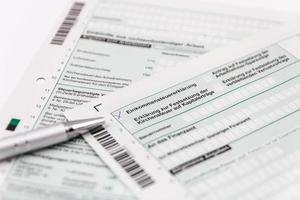 Form der Einkommensteuererklärung mit Kugelschreiber foto