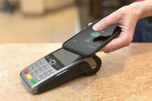 Kunden zahlen mit NFC-Technologie foto