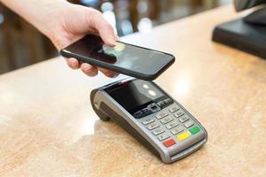 Kunden zahlen mit NFC-Technologie