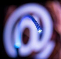optische Fasern Dinamic fliegen aus der Tiefe auf Technologie Hintergrund foto