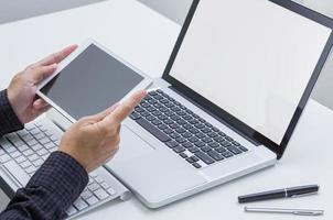 Mannhand, die auf Tablette mit Computerhintergrund arbeitet. Technologie.