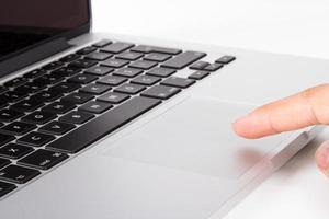 Finger mit Touchpad auf dem Laptop foto