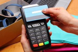 Verwenden Sie das Zahlungsterminal und die Kreditkarte mit NFC-Technologie foto