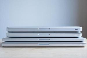 gestapelte Laptops foto