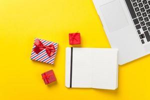Geschenkbox und Laptop mit Notebook foto