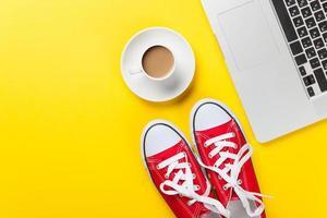 Tasse und Laptop mit Gummischuhen foto