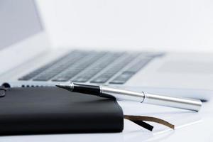 Büroarbeitsplatz mit Laptop foto