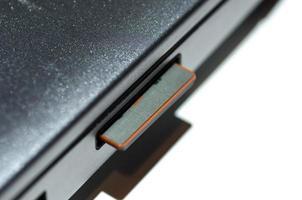 SD-Speicherkarte (Secure Digital) im Laptop eingelegt foto