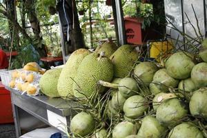 Lebensmittel - Durian und Kokosnüsse foto