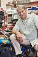 älterer Mann in der Werkstatt foto