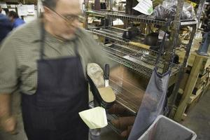 verschwommener Schuhmacher in der Werkstatt foto