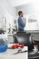 Mann, der im Friseursalon steht foto