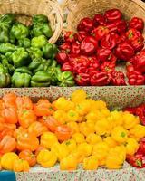 orange und gelbe Paprika mit Körben foto