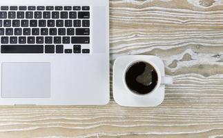 schwarzer Kaffee auf dem Arbeitsdesktop foto