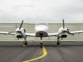 kleines Trainingsflugzeug auf dem Flugplatz foto
