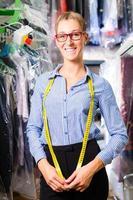 Putzfrau in Wäscherei oder chemische Reinigung foto