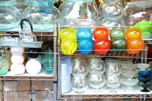 bunte Vasen / Dekorationen kaufen im Wochenendmarkt im Freien ein foto