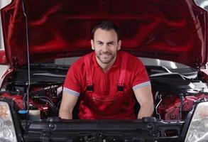 Mechaniker unter der Haube foto