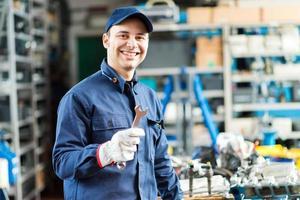 Mechaniker arbeitet in seiner Werkstatt foto