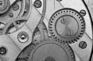 Schwarz-Weiß-Metallzahnräder im Uhrwerk. Makro foto
