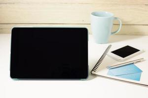 Tablet und Kreditkarte mit Smartphone foto