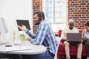 Gelegenheitsgeschäftsmann auf Video-Chat an seinem Schreibtisch foto