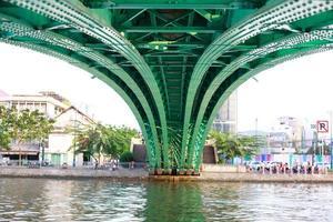 abstrakte Stahlkonstruktion unter der Brücke hervor foto