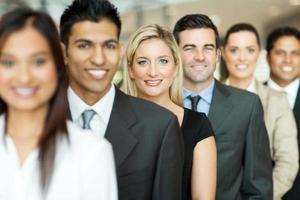 Geschäftsleute, die in einer Warteschlange stehen foto