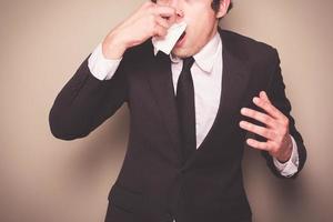 Geschäftsmann niest