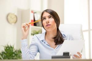 denkende Geschäftsfrau foto