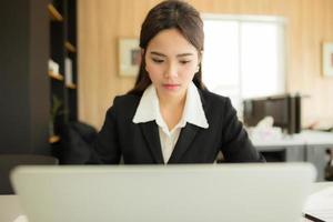 asiatische Geschäftsfrau arbeitet foto