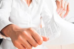 Geschäftsfrau wirft Papier foto