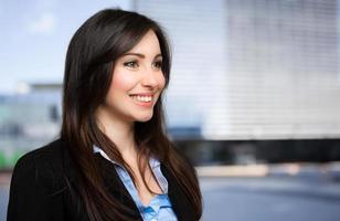 schöne Geschäftsfrau im Freien foto