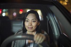 Geschäftsfrau, die Auto fährt foto