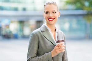 junge Geschäftsfrau lächelt foto