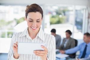 Geschäftsfrau hält Tablette foto