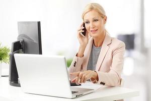 Geschäftsfrau bei der Arbeit foto