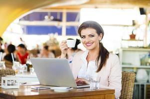 attraktive junge Geschäftsfrau foto