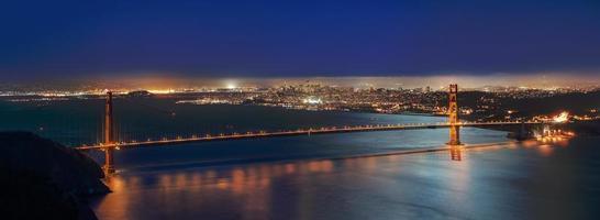 das goldene Tor in der Nacht foto