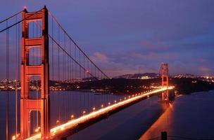 Die goldene Torbrücke leuchtet in der Dämmerung