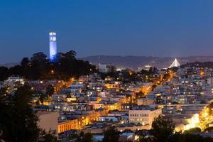 Coit Tower und Häuser in San Francisco in der Nacht foto