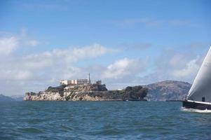 berühmtes verlassenes Gefängnis und Leuchtturm auf Alcatraz foto