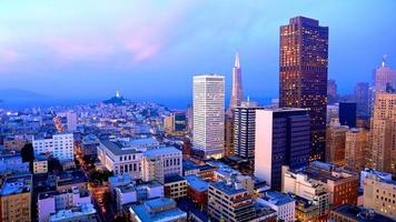 Skyline von San Francisco in der Abenddämmerung foto