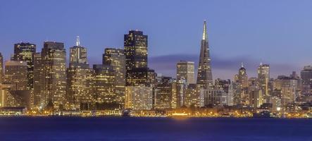 Skyline von San Francisco in der Dämmerung foto