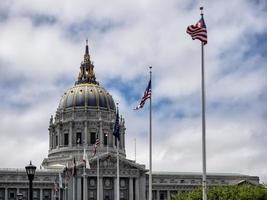 Rathaus von San Francisco mit wehenden Fahnen foto