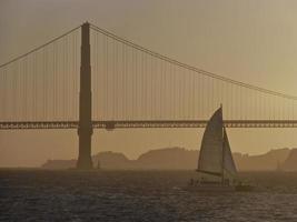 goldene Torbrücke in der Abenddämmerung foto
