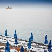Sonnenschirme in einem Strand foto