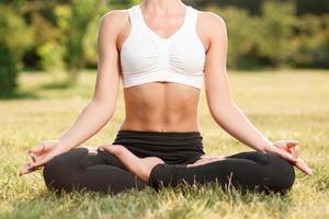 angenehme junge Frau, die Yoga praktiziert foto